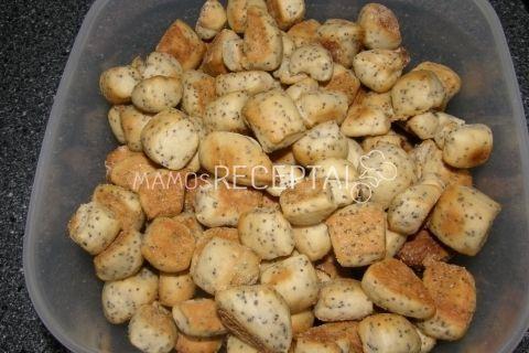 Naminiai kūčiukai, Ingredientai Miltai tešlai - 650 g Miltai kočiojimui - 100 g Cukrus - 10 valg. šaukštai Sviestas - 80 g Aguonos - 5 valg.