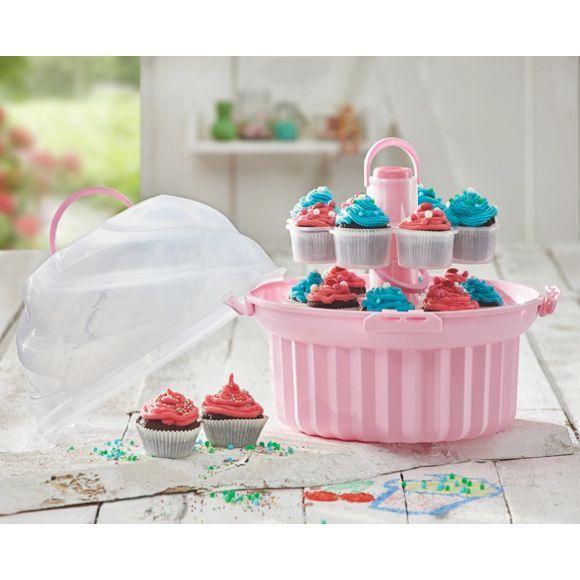 Für leidenschaftliche Törtchenbäcker ist der pinkfarbene Cupcakeständer von HOMEWARE ein Muss! Der 2-stöckige Ständer präsentiert die bunten Köstlichkeiten mit Zuckerguss-Dekoration auf dem Kaffeetisch oder Buffet. Das Highlight: Eine passende Haube mit Tragegriff verwandelt den Ständer in eine praktische Tragebox! Transportieren Sie bis zu 16 Cupcakes und überraschen Sie Ihre Lieben mit süßen und kreativen Kreationen!