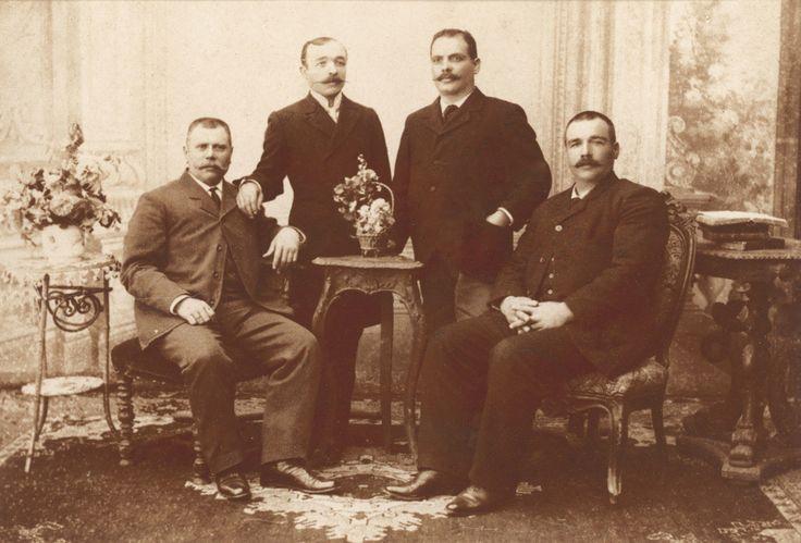Οι Κων/νος Ι. Χατζηπατέρας, Παν. Μ. Λαιμός και Κων/ντής Δ. Πατέρας, τρεις από τους εννέα Οινούσσιους που αγόρασαν το MARIETTA RALLI & ο ομογενής τραπεζίτης από την Κωνσταντινούπολη Ξενοφών Σιδερίδης (όρθιος αριστερά) που παρείχε το δάνειο για την αγορά του ατμοπλοίου. / C. J. Hadjipateras, P. M. Lemos and C. D. Pateras, three of the nine Oinoussian partners of the steamship MARIETTA RALLI with the Greek banker X.Siderides from Constantinople who provided finance for the acquisition of the…