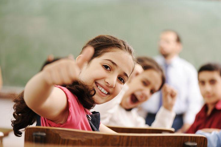 Educazione positiva - la felicità entra nelle scuole come materia scolastica. Le maestre, attraverso fiducia, motivazione e lodi insegnano ad essere felici.