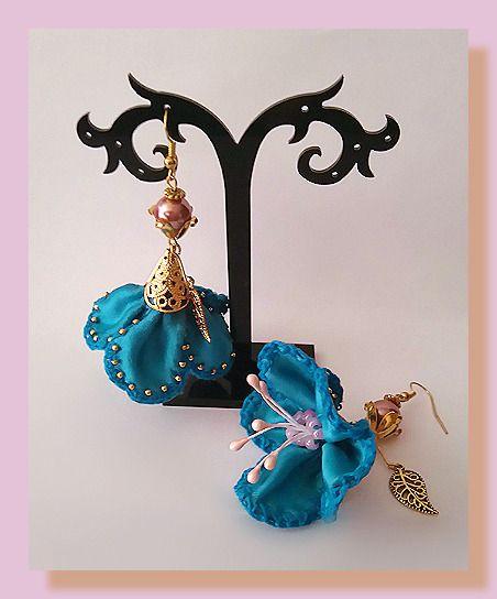 boucles d'oreille métal doré fleur ruban satin bleu incrustées de micro perles : Boucles d'oreille par chely-s-creation