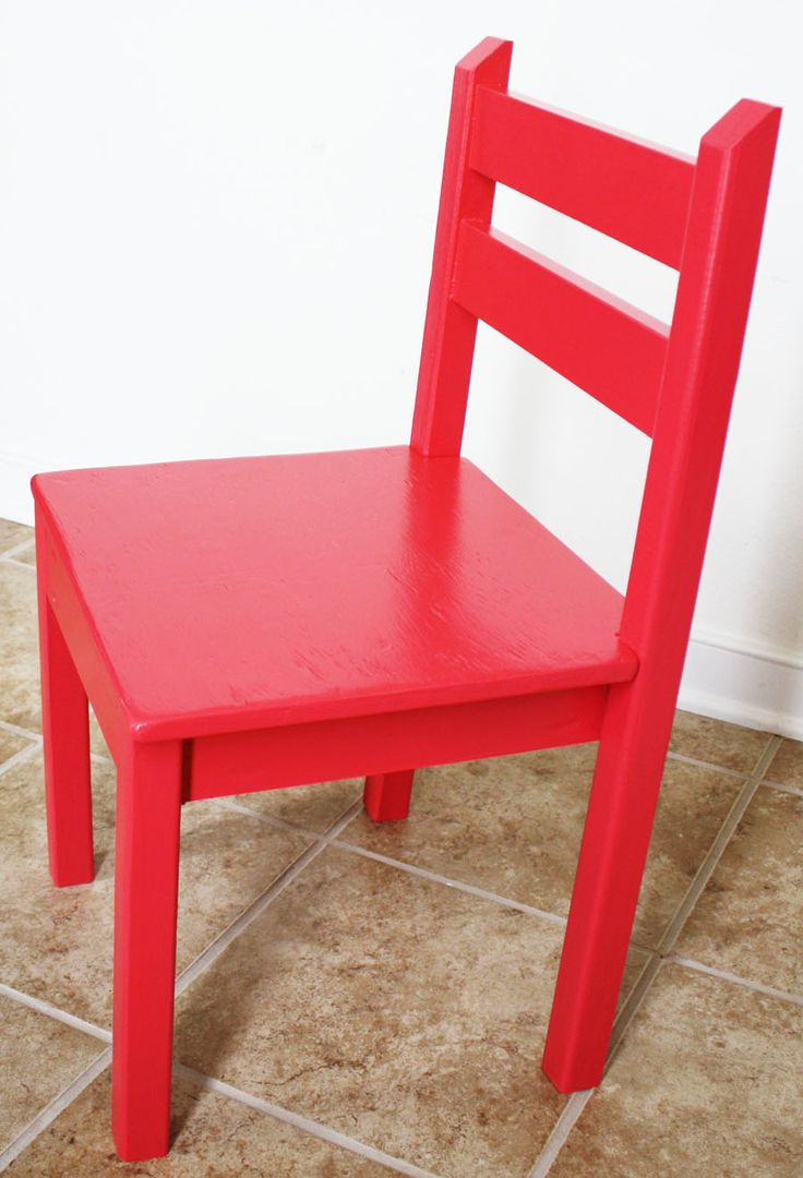This kiddie chair is a slight modification of a chair by DIY blogger Ana White. Jen Woodhouse of House of Wood explains what she did differently and why. || @jenwoodhouse