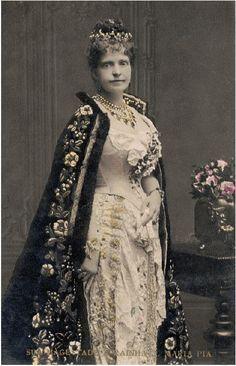 SM a Rainha D. Maria Pia de Portugal, em 1890. Casa Real: Saboia Editorial: Real Lidador Portugal Autor: Rui Miguel