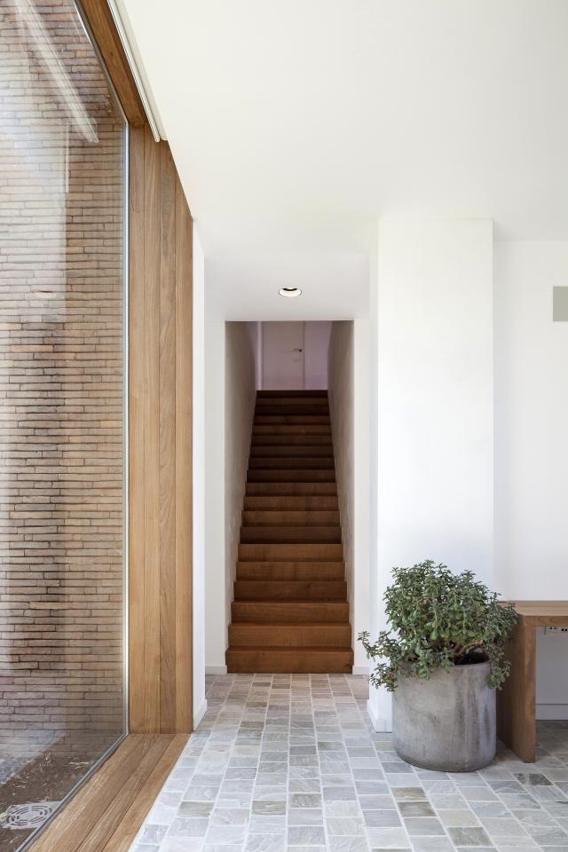 Architecte Sofie Ooms ontwierp voor haar zus Dorien een rustgevende thuis in het groen, waar ze zich altijd …