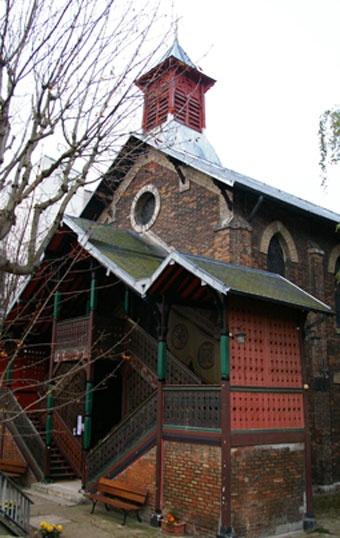 En passant devant le 93 de la rue de Crimée, dans le 19ème, on ne se doute pas que, cachée derrière un portail vert, se trouve au fond d'une cour, une petite église russe orthodoxe…