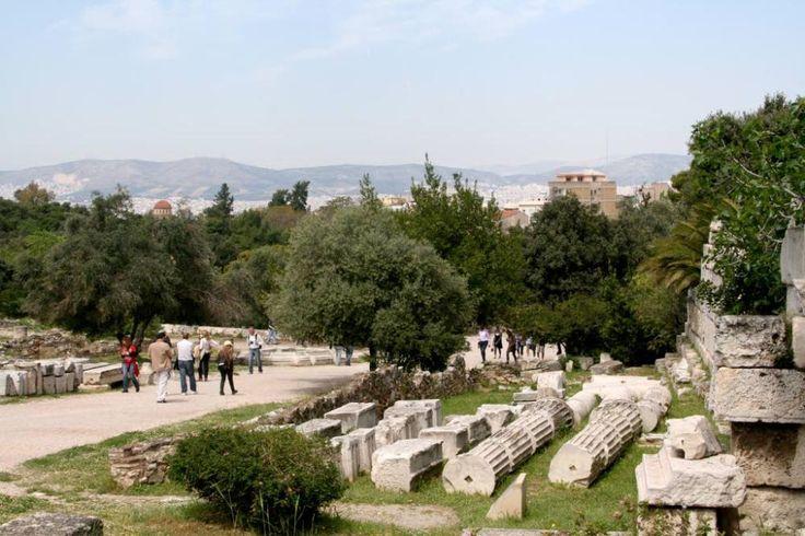 Akropolis-kukkulan alapuolella levittäytyvä agora on antiikinaikaisista agoroista tunnetuimpia.