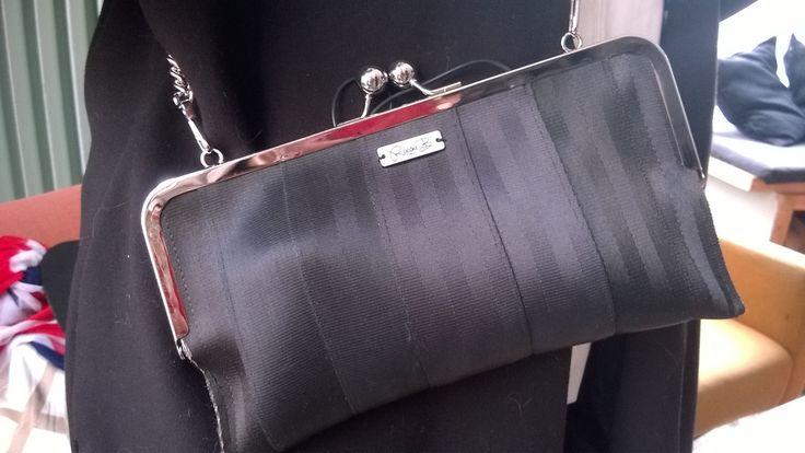 Helsingin vaatelainaamosta saa myös asusteita, esimerkiksi Roosa Blomin suunnittelemia, vanhoista turvavöistä valmistettuja laukkuja.