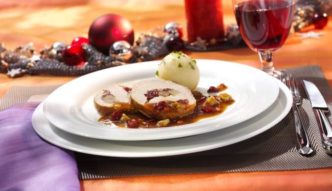 Wie das klassische Sonntagsgericht zum leckeren Weihnachtsschweinebraten wird? Den Braten ganz einfach mit süßen Maronen, Schokolade und fruchtigen Cranberries verfeinern.