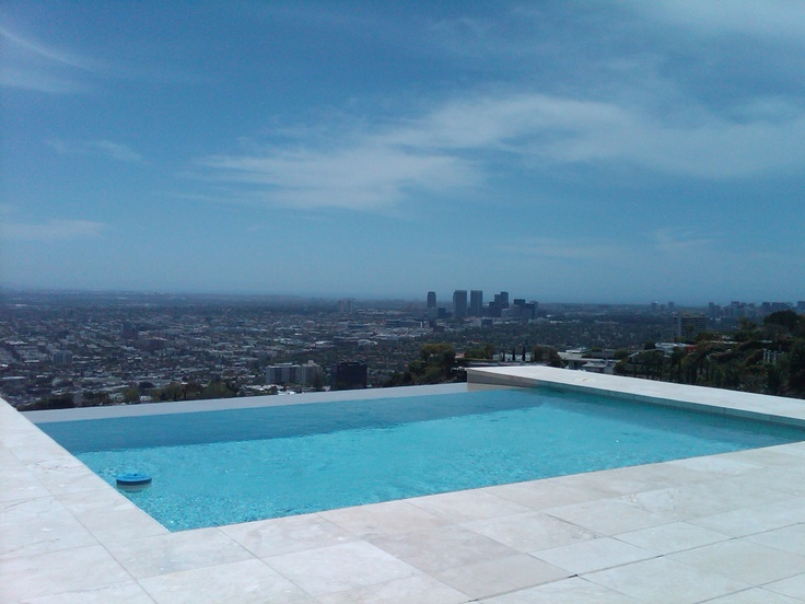 Hollywood hills infinity pool with amazing views for Infinity swimming pools pictures