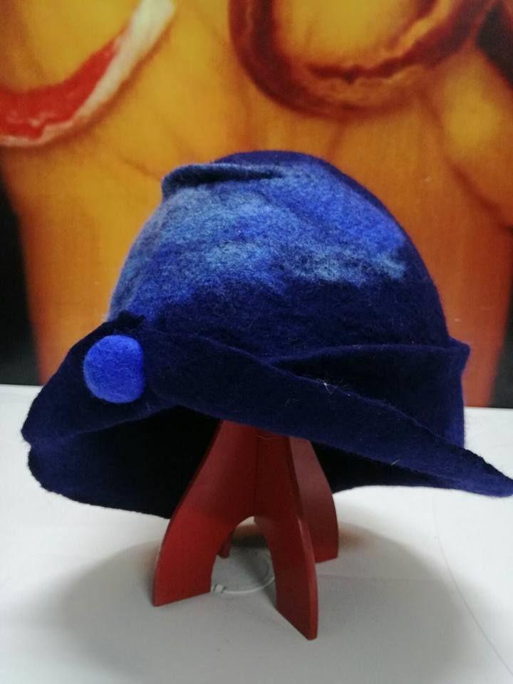 Cappello in feltro realizzato ad acqua.