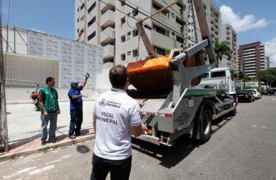 16/10/2015 - Outra atividade da Prefeitura para garantir um ambiente mais limpo tem sido a remoção das caçambas estacionárias irregulares (Foto: Queiroz Netto):