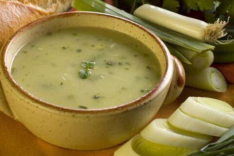 Makkelijk preisoep recept met weinig ingredienten maar veel smaak zodat je goedkoop en snel zal genieten van een lekker en voedzaam bord verse, warme soep.