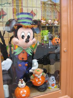 yesterday we went to magic kingdom for the day and i was so excited that all the fall and halloween decorations were up