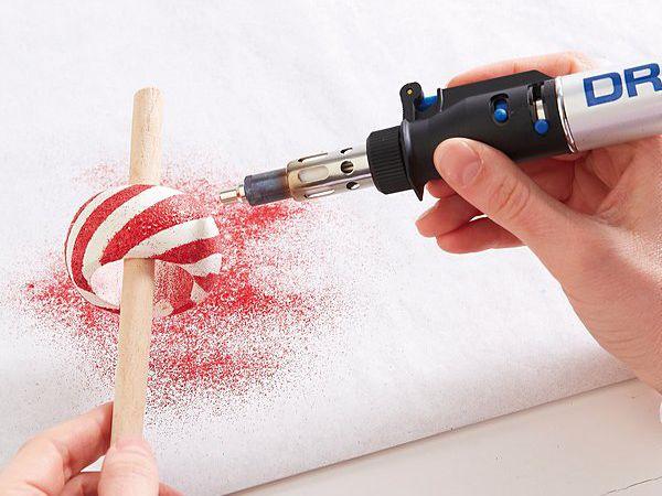 Passo 4) A seguir, aqueça o pó com o bico soprador de ar quente do Dremel® VersaTip até ficar líquido. Ao esfriar, este adere de forma firme e segura à argola.