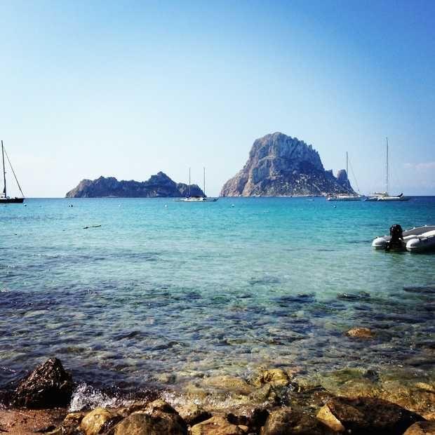 Op vakantie naar Ibiza? Dit zijn de 5 allermooiste stranden van Ibiza: Cala Xarraca, Cala d'Hort, Cala Vadella, Cala Jondal en Cala Bassa.