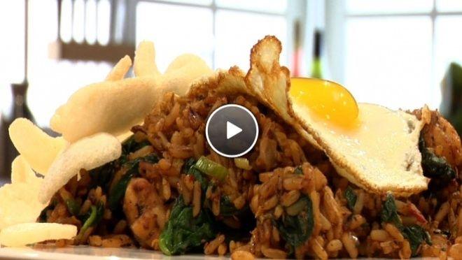 ingetjes. Snijd de kool. Kluts de eieren. Fruit in de wok de sjalot, knoflook en pepers. Snijd de Chinese kool en voeg deze toe samen met de kip en...