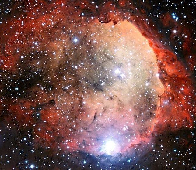 Esta imagen parece, pero sólo parece, como las demás. Se trata de la nebulosa Carina, a 7.500 AL de la Tierra. Pero fijaos en el perfil de su lado derecho. ¿Lo reconocéis? Sí, es Alfred Hitchcock, el maestro del cine de suspense. Un homenaje de las estrellas al genio...