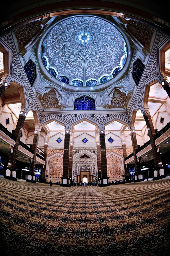 Masjid Putrajaya (mosque), Putrajaya, Malaysia. Photo by Kupih.