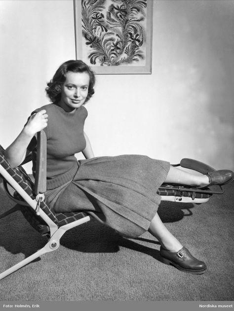 """1949. Kvinna som sitter i en """"Vilosov"""". Foto: Erik Holmén för Nordiska Kompaniet"""