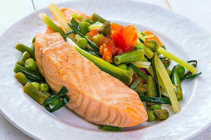Лосось в устричном соусе с тёплым салатом из овощей на пару