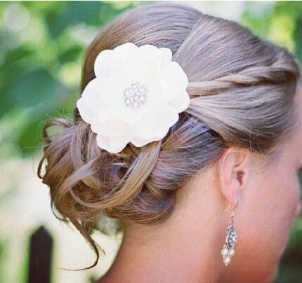 Para casamentos diurnos e/ou campestres, veja que delicadeza desse lindo e simples coque meio bagunçado!!!