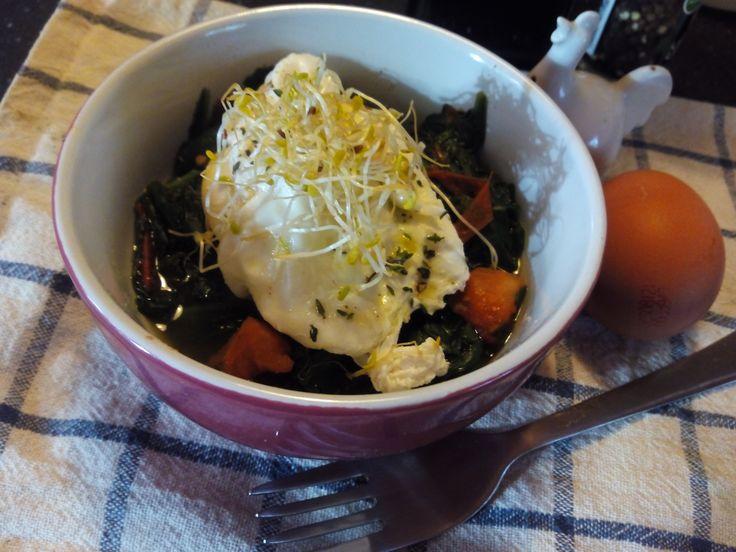 Experimenta lo fácil y sencillo que es realizar un huevo poché con esta deliciosa receta con aroma de #tomillo, y por otro lado, descubre la poca relación que hay entre colesterol y huevos. https://armoniacorporal.es/huevo-poche-sobre-nido-de-espinacas-y-el-mito-del-colesterol/