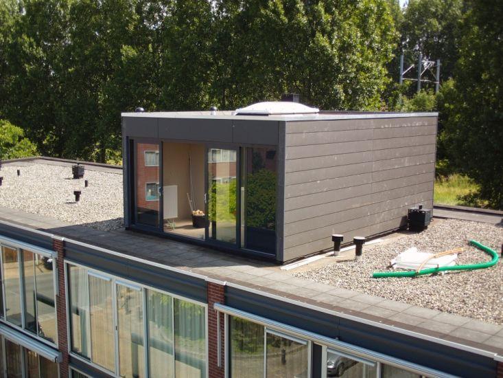 6 Dakopbouwen in circa 5 weken tijd, dat is de uitdaging waarvoor wij staan bij dit project aan de Hof van Versailles te Amsterdam. Voor 6 herenwoningen in deze straat realiseren wij een derde verdieping. Op de foto's ziet u de dakopbouwen zelf. De h...