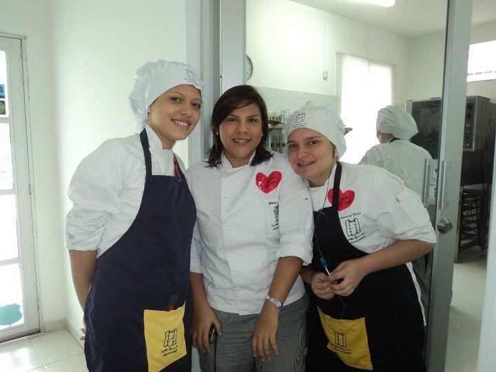 La docencia es una de las cosas que más me apasiona. Me desempeñé como docente de Costos y Cocina Profesional a nivel de educación formal, además de instructora de cursos libres para aficionados en la cocina-estudio de Beit Quessep y Casa Magna.