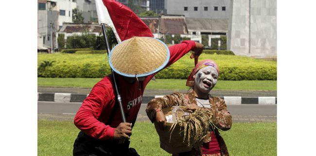 Teatrikal May Day  Aksi teatrikal buruh memperingati Hari Buruh atau May Day di dekat Tugu Tani, Jakarta Pusat, Senin (1/5). Buruh menolak upah murah, menghapus sistem alih daya dan pemagangan, serta adanya jaminan sosial. Dwi Pambudo/RM