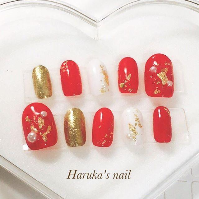 はるかのネイル💅 . . . Red×Gold×Whiteの定番なネイル💄💄 . . 【 #kanane_nails 検索🔍】 . .#nails #nailtip #silver #pinknails #metalic #metalicnails #beauty #selfnail #gelnail #nail #nailist #beautystudent #instabeauty #instagood #instalike #instafollow #followme #ネイル #セルフネイル #ミラーネイル #メタリックネイル #流行りネイル #美容 #美容学生 #成人式ネイル #振袖 #ガーリーネイル #シンプルネイル #金箔