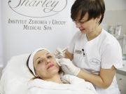 Medycyna etstyczna twarzy. Ania skorzystała z zabiegów z użyciem wypełniaczy i Botoxu. Dzięki nim pozbyła się widocznych bruzd nosowo-wargowych i pierwszych zmarszczek.