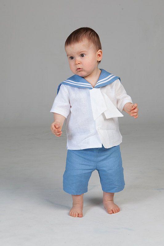 Dare al vostro bambino bella abbigliamento. In segno di gratitudine egli vi darà un sorriso.  Si tratta di ordine personalizzato. Questo vestito è fatto a mano. Questo elenco include solo un marinaio vestito nel colore desiderato: maglietta, pantaloncini e cappello. Tutti il vestito è fatto di tessuto di lino. A righe collo cucite con fettuccia di cotone. Vita di pantaloncini regolabile con tasti in gomma.  È possibile scegliere questo vestito di lino: -bianco -blu chiaro -blu navy  Tutti…