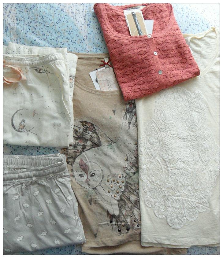 A sinistra, pantaloni pigiamosi Oysho; a destra, acquisti Stradivarius. La maglia beige ha le maniche lunghe, miracolo! *^*
