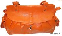 Schoudertas oranje 11820 - Damestassen Online - Schoudertas in vlammend oranje voor dames met een subtiel reliëfpatroon. De tas heeft twee ruime hengsels, aan de binnenkant 2 vakken en een afsluitbaar binnenvak, aan de buitenkant twee vakken. De tas sluit met een rits.