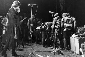 """Altamont, 6/12/1969  > A Woodstock gli Stones non c'erano. Organizzarono una sorta di festival nella cittadina della California, con Santana, Jefferson Airplane, Flying Burrito Brothers, Crosby, Stills, Nash & Young, Grateful Dead. Il concerto della """"redenzione"""" si trasformò in tragedia: un giovane afroamericano fu accoltellato a morte da un membro degli Hell's Angels addetti al servizio d'ordine"""