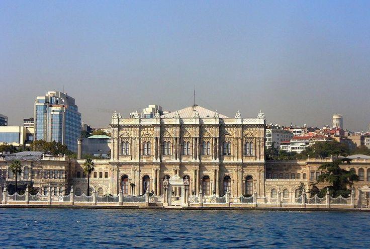 Предлагаем вашему вниманию экскурсионный тур Дворцы и мечети Стамбула от 220 евро. Вы окунетесь в Стамбул времен османской империи и увидите знаменитые дворцы султанов: Долмабахче, Топкапы, Бейлербей, Йылдыз, совершите прогулку на кораблике по Босфору и увидите красоты Стамбула с воды.