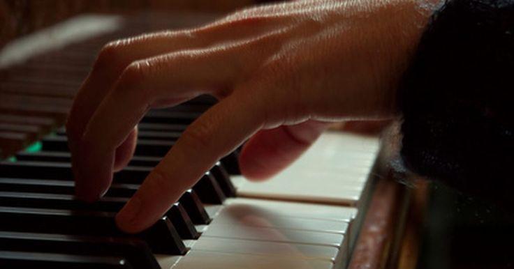 Como tocar piano e teclado passo a passo. Aprender a tocar piano ou teclado é uma grande base para aprender a tocar outros instrumentos ou cantar. Tocar piano bem requer muita prática e preparação. Futuros pianistas precisam aprender a ler música, memorizar as notas e as teclas correspondentes e desenvolver um bom ouvido para música. Como com qualquer outra arte, a prática leva à ...