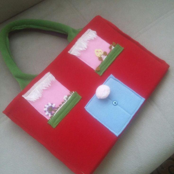 Boyama kitabı taşıma çantası.. Boya kalemi cebi mevcut. Polar kumaş.. yıkanabilir.. 30 tl