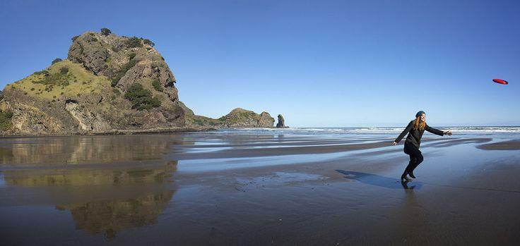 Perto de Auckland se encontra a deslumbrante Piha. Uma praia de areia preta com uma natureza única que atrai surfistas e um público descolado.