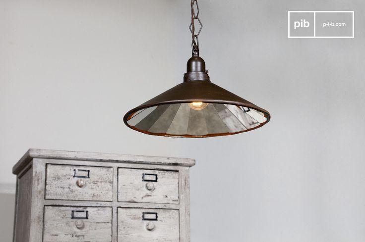 Sehr helle Deckenleuchte, deren Spiegel im Inneren ein schönes rundes Mosaik erzeugt.   Das dunkelbraun-matte Finish, die Metallkette mit rautenförmigen Gliedern und das mit Stoff umwickelte Netzkabel verleihen dieser Lampe einen wahren Retro-Stil.