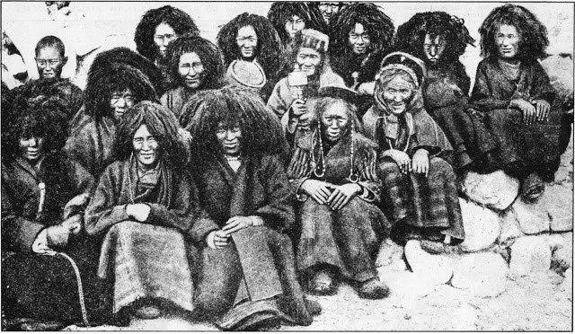Viviendo en un aislamiento completo en una tierra aislada, de difícil acceso, las monjas de las casas religiosas del Tíbet deben forzosamente mantenerse estrictamente a sí mismas. Las mujeres de edad que usan gorras son hermanas laicas, viejas casi más allá de la humanidad e inhumanamente sucias. El resto son monjas de pleno derecho. Éstas deben afeitarse sus cabezas y asumir mopas como pelucas. El más grande de estos revestimientos enmarañados oculta la cabeza calva de la abadesa sentada en…