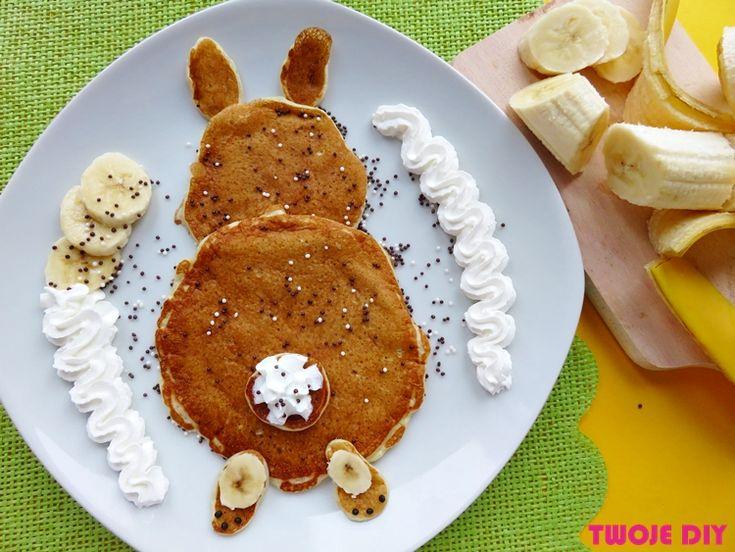 Nie samymi dekoracjami człowiek żyje przed Wielkanocą. Musi też coś jeść. Jednak jedzenie można podać tak, aby kojarzyło się ze świętami. Kurczaczki, zajączki na talerzu będzie się dobrze jadło. Przy okazji można wypróbować nowy przepis na bananowe pancakes.Potem ładnie ułożyć je na talerzu, aby nie tylko były smaczne, ale też świetnie wyglądały. Kto się skusi [...]
