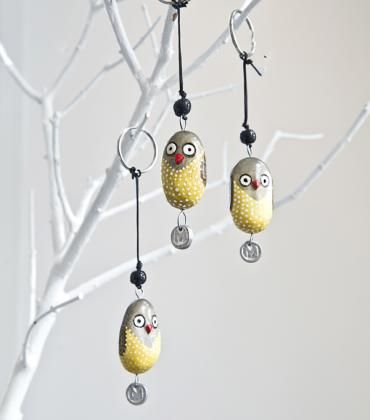 BUNDI owl key ring is handmade in Nairobi. Key rings and bird ornaments are handcarved of fallen twigs and branches of jacaranda trees and handpainted. Each bird is unique. Mifuko M-logo is recycled aluminium.