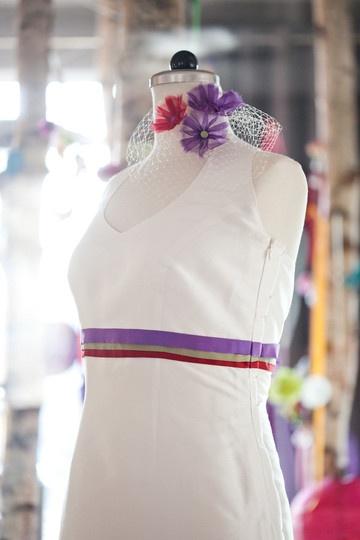 brautkleid mit farbigen bändern und neckholder, headpiece mit farbigen organzablumen