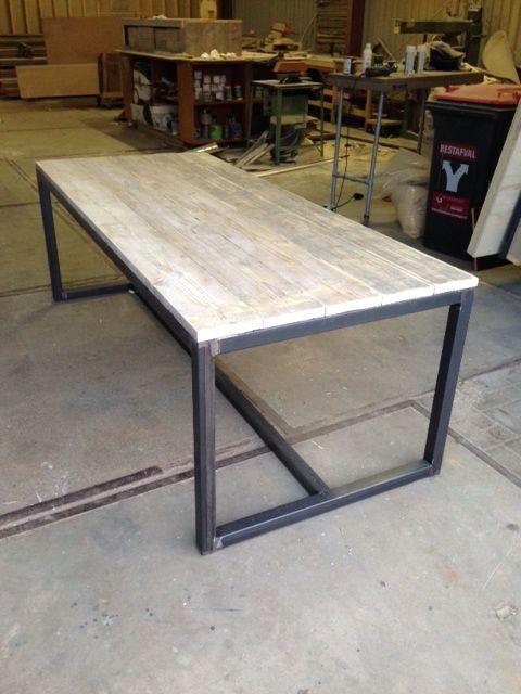 Tafel met stalen frame en blad van steigerhout afgebeelde tafel  L225/ B95 / H78 € 550.00 Incl BTW