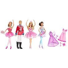 Célébre Casse-Noisette, le célèbre ballet classique avec ce coffret qui comprend Barbie, son prince, et deux poupées ballerine étoiles inspiré du DVD Barbie Casse-Noisette !<br>Chaque poupée porte un costume magnifique que les filles vont reconnaître de l'histoire. Les accessoires comprennent un diadème sur la poupée Barbie, bandeaux et des sucettes géantes - le prince est fringant dans une tunique brillante, et des bottes noires hautes.<br>Comprend un tenue de soirée supplémentaire et une…