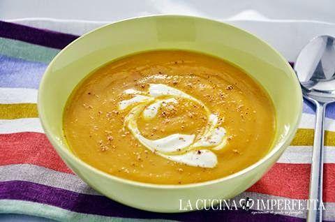 La ricetta della crema di carote e patate è facile e gustosa. La crema di carote e patate è un primo piatto caldo e confortevole reso ancora più gustoso dallo zenzero e dalla panna acida.