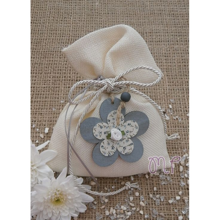Μπομπονιέρες γάμου. Μπομπονιέρες γάμου πουγκί λινό μπεζ με ξύλινο λουλούδι