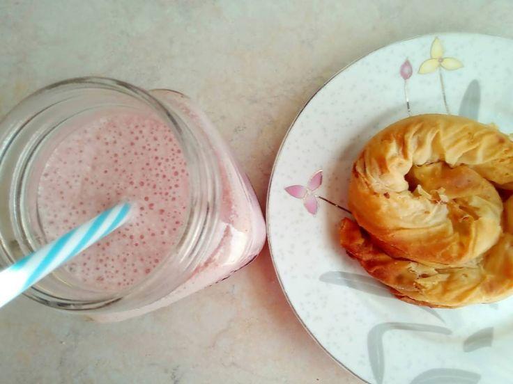 Καλημέρα! Ένα λιτό πρωινούλι...διαιτητικό smoothie φράουλα και δίπλα μια παχυντική τυρόπιτα της μαμάς γιατί οι αδυναμίες δεν κόβονται! (Σήμερα κάνω ελεύθερο από το πρωί ) . . . #diaryofabeautyaddict #elbeautythings #dukandiet #smoothie #strawberry #cheesepie #greekblogger #greekfood #breakfast #goodmorning #haveaniceday #bloggerslife #instablogger