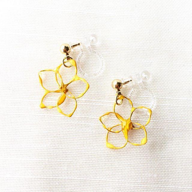 黄色い透かし花のノンホールピアス。  アーティスティックワイヤーで形作った花をネイルで縁取ってます。 ビタミンカラーのイエローは見ているだけでも元気がもらえそう!  12/3 いちのみや朝市にお持ちします。 .  #さちや #ノンホールピアス #ピアス #イヤリング #ハンドメイドアクセサリー #アーティスティックワイヤー #ワイヤーアクセサリー #ワイヤーネイル #マニキュアフラワー #マニキュアフラワーアクセサリー #ワイヤークラフト #手作りパーツ #ビタミンカラー #岡山 #総社市 #雑貨店 #雑貨店マシュルーム #マシュルーム #mashuroom #いちのみや朝市 #吉備津彦神社 #旧堀和平邸